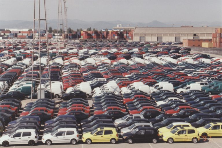 Cars_parked_on_the_pier_in_Barcelona_1997